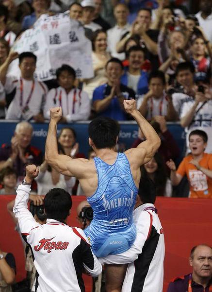 奥运图:男跤66公斤级日本夺冠 教练抱着欢呼