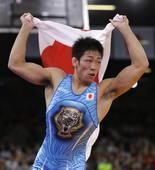 奥运图:男跤66公斤级日本夺冠 手拿国旗