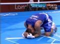 视频-邹市明抱摔遭扣分 泰拳手输比赛跪地痛哭