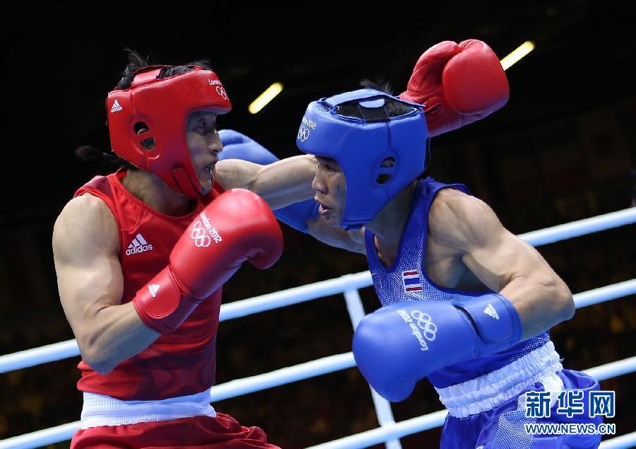 8月11日,中国选手邹市明在颁奖仪式上庆祝。当日,在伦敦奥运会男子拳击49公斤级决赛中,邹市明以13比10战胜泰国选手庞普里亚杨,获得冠军。新华社记者王申摄