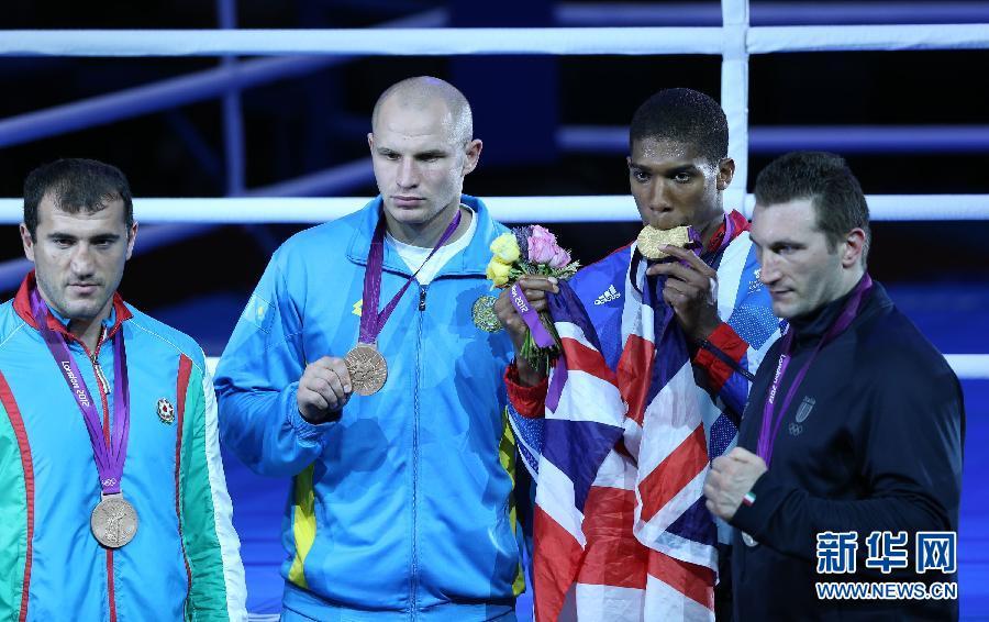 男子拳击91公斤以上级颁奖仪式举行