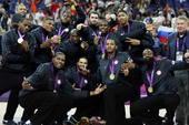 奥运图:男篮颁奖巨星狂欢 搞怪合影