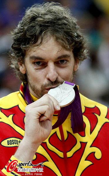 奥运图:男篮颁奖巨星狂欢 加索尔亲吻银牌