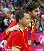 奥运图:男篮颁奖巨星狂欢 加索尔与教练