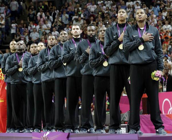 奥运图:男篮颁奖巨星狂欢 聆听国歌