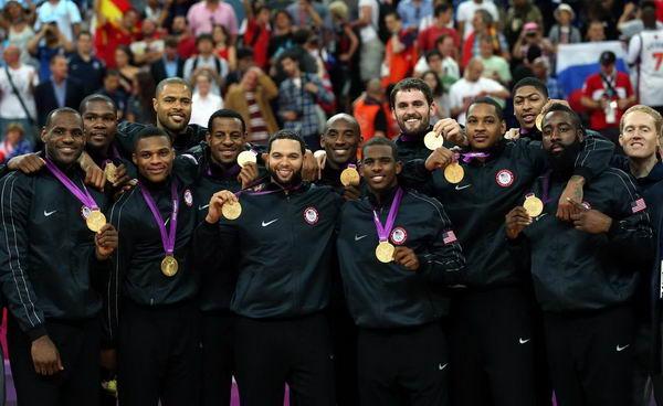 奥运图:男篮颁奖巨星狂欢 美国队员合影