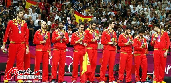 奥运图:男篮颁奖巨星狂欢 西班牙队员登领奖台