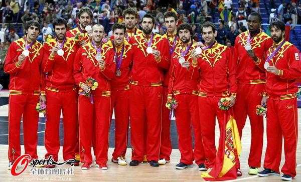 奥运图:男篮颁奖巨星狂欢 西班牙队员展示银牌