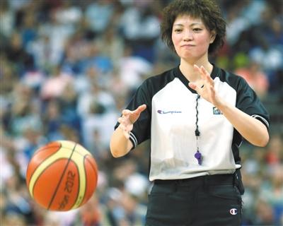 本届奥运会,彭玲成为女篮决赛的裁判,她是中国第一个执法奥运会篮球决赛的女裁判。新华社记者 孟永民摄