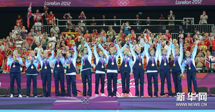 8月11日,挪威队、黑山队、西班牙队在颁奖仪式后合影。当日,在伦敦奥运会女子手球决赛中,挪威队以26比23战胜黑山队,夺得冠军,黑山队获亚军,西班牙队获季军。 新华网图片 吴晓凌