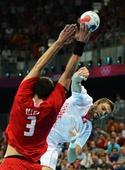 奥运图:男子手球克罗地亚获得铜牌 跃起争球