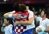 奥运图:男子手球克罗地亚获得铜牌 拥抱庆祝