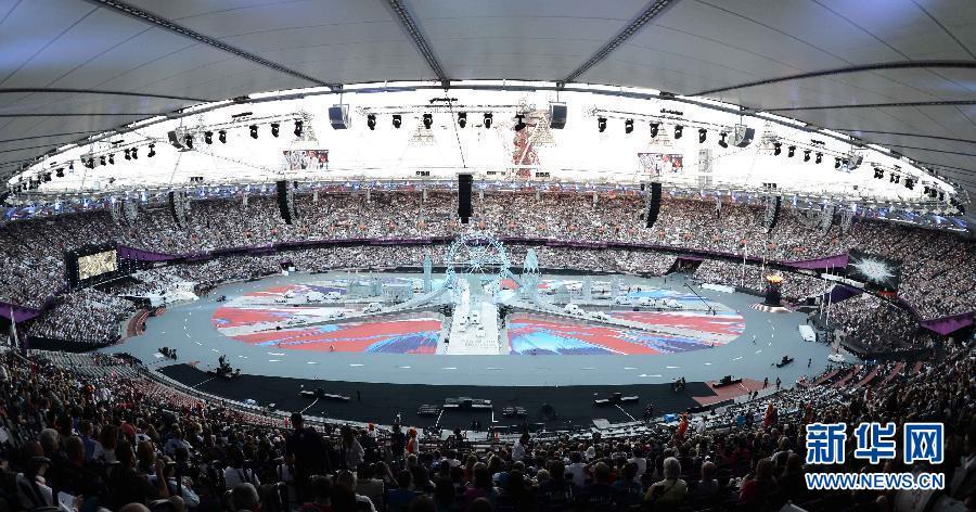2012年8月12日,伦敦奥运会闭幕式垫场表演。第三十届夏季奥林匹克运动会闭幕式在伦敦奥运会主体育场举行。图为闭幕式前的垫场表演。 新华社记者 王庆钦