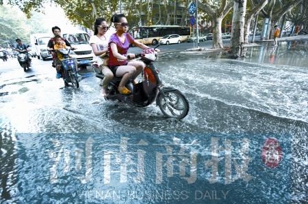"""李先生说,不管下不下雨,这""""河""""就没干过"""