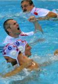 奥运图:男子水球克罗地亚夺冠 跳下水庆功
