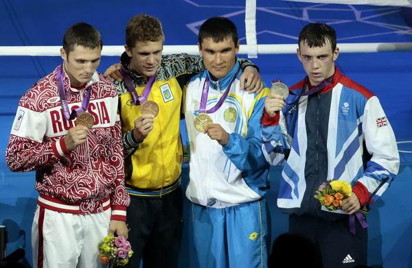 奥运会:皮耶夫男拳击69kg夺冠 展示奖牌