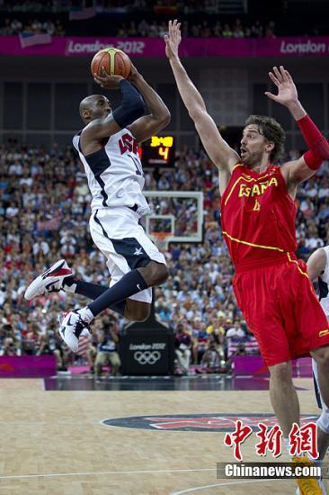当地时间8月12日,2012伦敦奥运会男子篮球决赛在北格林威治体育馆进行,美国队(白)最终战胜西班牙队夺冠。图为奥运男篮决赛现场。记者 盛佳鹏 摄