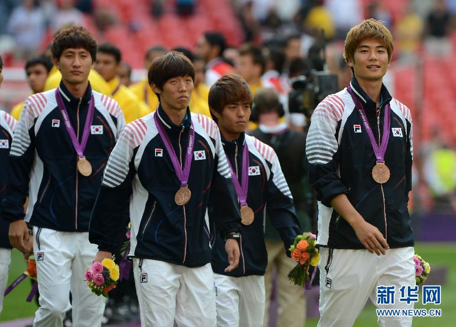 8月9日,美国队球员在颁奖后庆祝。当日,在伦敦奥运会女子足球决赛中,美国队以2比1战胜日本队,夺得冠军。 新华社记者杨磊摄