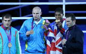 奥运图:男拳91+英国夺冠 领奖台上