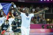 奥运图:男子手球法国险胜夺冠 挥舞国旗