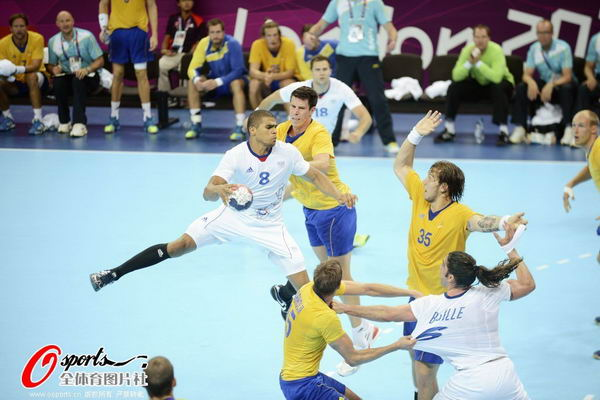 奥运图:男子手球法国险胜夺冠 比赛激烈