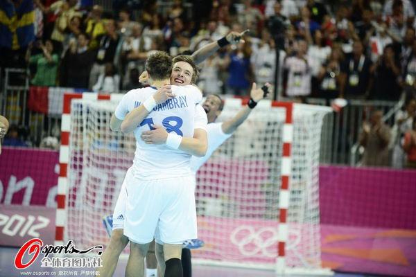 奥运图:男子手球法国险胜夺冠 拥抱庆祝