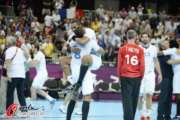 奥运图:男子手球法国险胜夺冠 胜利拥抱