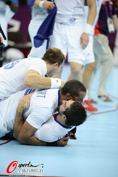 奥运图:男子手球法国险胜夺冠 庆祝胜利