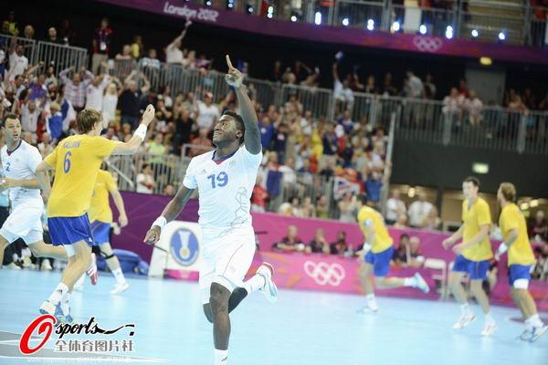 奥运图:男子手球法国险胜夺冠 比赛中