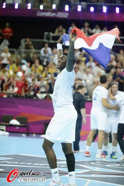 奥运图:男子手球法国险胜夺冠 高举国旗