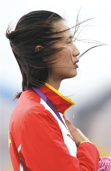 8月6日,徐莉佳手持国旗庆祝夺冠,一个星期后,她有了在伦敦奥运会闭幕式上荣任旗手的机会。