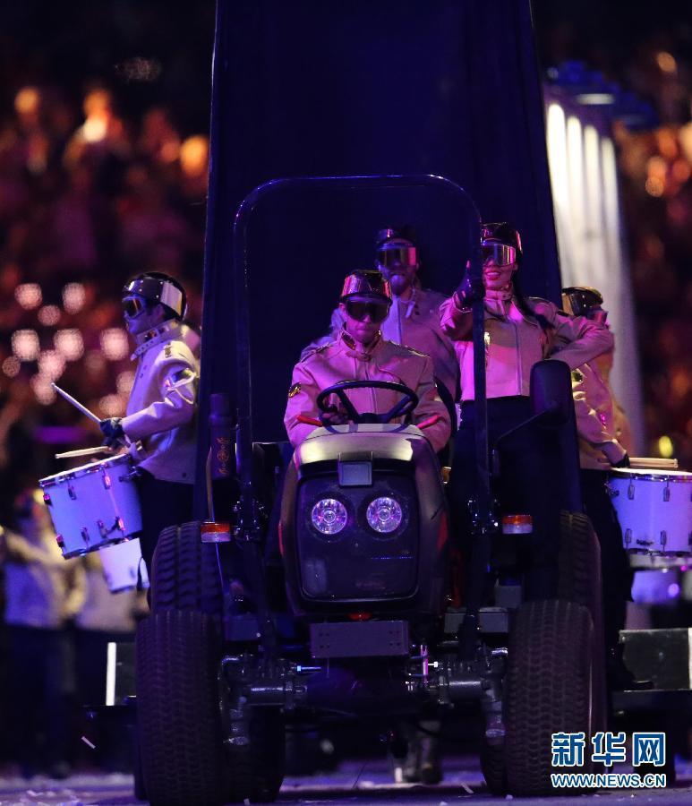 """2012年8月12日,伦敦奥运会闭幕式在""""伦敦碗""""举行。第三十届夏季奥林匹克运动会闭幕式在伦敦奥运会主体育场举行。图为闭幕式上的文艺表演。 新华社记者 沈伯韩"""