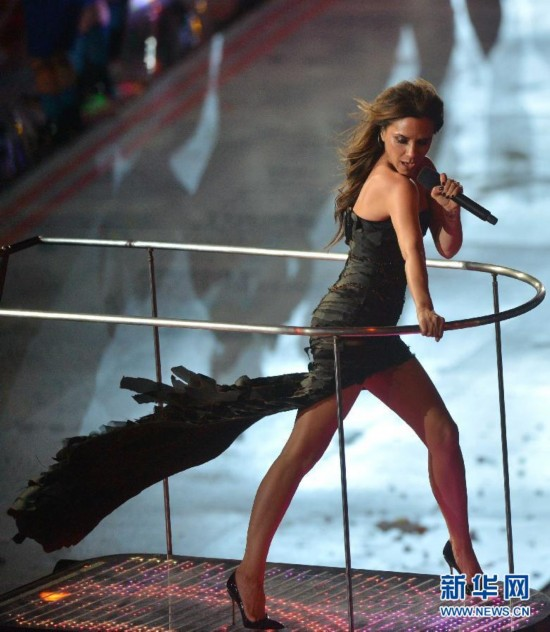 2012年8月12日,第三十届夏季奥林匹克运动会闭幕式在伦敦奥运会主体育场举行。图为辣妹组合在闭幕式上表演。 新华社记者 沈伯韩摄