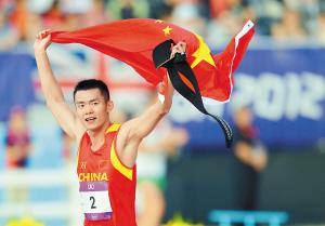 8月11日,中国选手曹忠荣赛后身披国旗庆祝。 新华社记者 刘大伟/摄