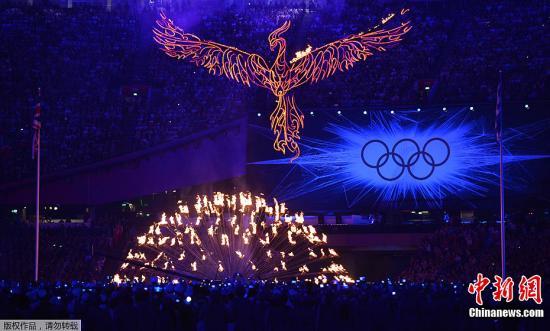 """当地时间8月12日,伦敦奥运闭幕式在""""伦敦碗""""内举行。图为伦敦奥运圣火熄灭。"""