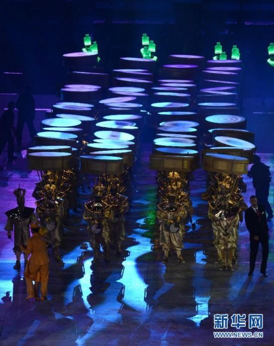 """8月12日,第三十届夏季奥林匹克运动会闭幕式在伦敦奥运会主体育场举行。图为闭幕式上的""""里约八分钟""""表演。第三十一届夏季奥林匹克运动会将于2016年在里约举行。 新华社记者王庆钦摄"""