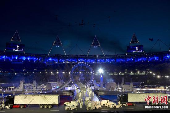 """当地时间8月12日,伦敦奥运闭幕式在""""伦敦碗""""内举行。记者 盛佳鹏 摄"""