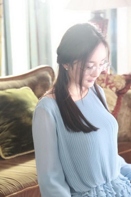 杨幂戴眼镜展知性魅力