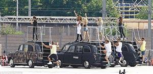 辣妹组合站在出租车上亮相.图片