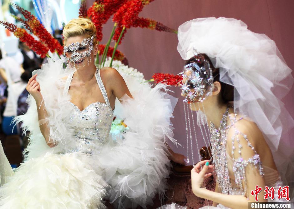 南京/8月12日,外国模特展示新款婚纱礼服。