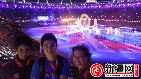 本报特派记者张伟峰在闭幕式现场,与志愿者合影。