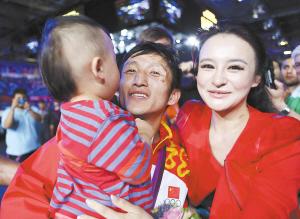 邹市明的妻儿在赛场与他共同庆祝夺冠