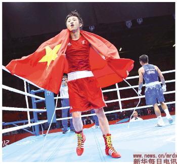 8月11日,邹市明(左)赛后庆祝胜利。当日,在伦敦奥运会男子拳击49公斤级决赛中,邹市明以13比10战胜泰国选手庞普里亚杨,获得冠军。