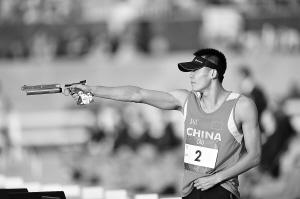 曹忠荣在现代五项跑射比赛中射击。 新华社发