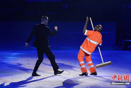 """当地时间8月12日,伦敦奥运闭幕式在""""伦敦碗""""内举行。下届奥运会举办城市里约进行了8分钟的表演。"""