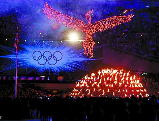 8月12日,第30届夏季奥林匹克运动会闭幕式在伦敦奥林匹克体育场举行。这是闭幕式上的焰火演出。 新华社发