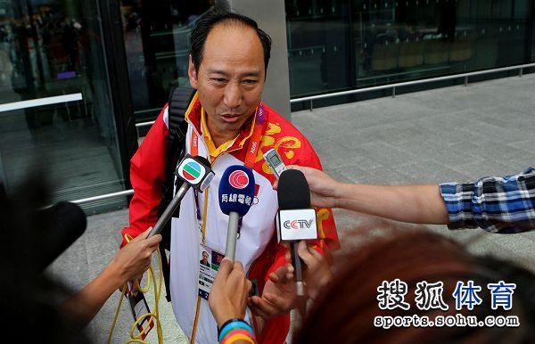 图文:刘翔做鬼脸难掩惆怅 孙海平答记者问