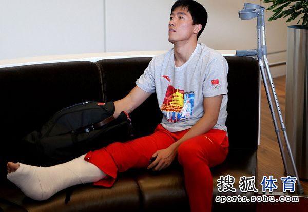 图文:刘翔做鬼脸难掩惆怅 脚被裹得像粽子