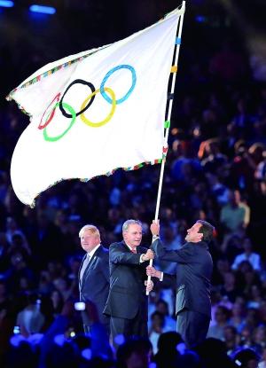 里约市市长(右)接过奥运会会旗。