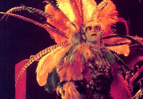 埃尔顿·约翰不但具有迷人的嗓音,高超的钢琴技巧,他的舞台表演也十分具有吸引力,色彩艳丽的服装、狂放不羁的形象、标志性的墨镜,无不让乐迷为之倾倒。